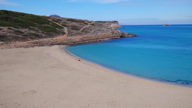 vídeos y material grabado en eventos de stock de playas vacías en mallorca - bay cala torta en la isla balear española de mallorca - españa - bahía