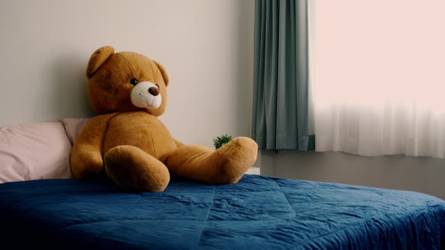 stockvideo's en b-roll-footage met lege slaapkamer met teddybeer die op het zit. warme blik. - teddybeer