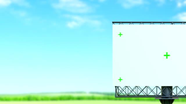 vídeos de stock, filmes e b-roll de quadro de avisos vazio com ponto da trilha, no céu azul com nuvens - margem de estrada