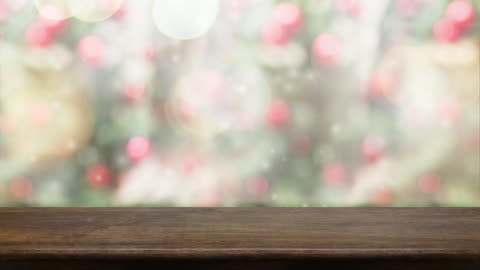 vídeos y material grabado en eventos de stock de tabla madera marrón vacía y nieve cayendo con desdibujan de fondo claro del bokeh de árbol de navidad, plantilla de telón de fondo para la exhibición de producto o diseño, alimentos se imitan para arriba. - madera material