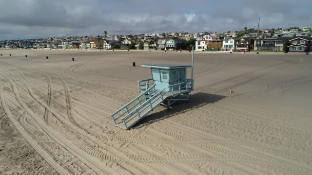 empty california beaches - cabina del guardaspiaggia video stock e b–roll