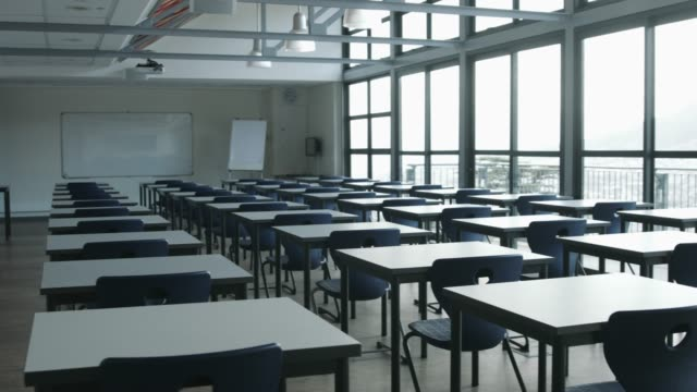 vidéos et rushes de empty chairs and desks in classroom - sans personnage