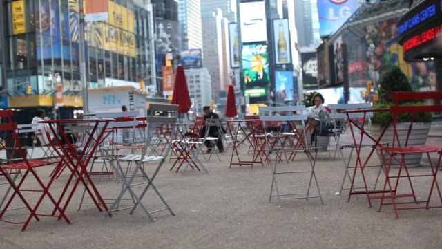 empty chairs at the time square - gemeinsam gehen stock-videos und b-roll-filmmaterial