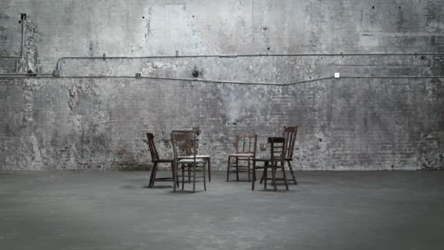 vídeos de stock, filmes e b-roll de empty chairs in a warehouse, zoom in - cadeira