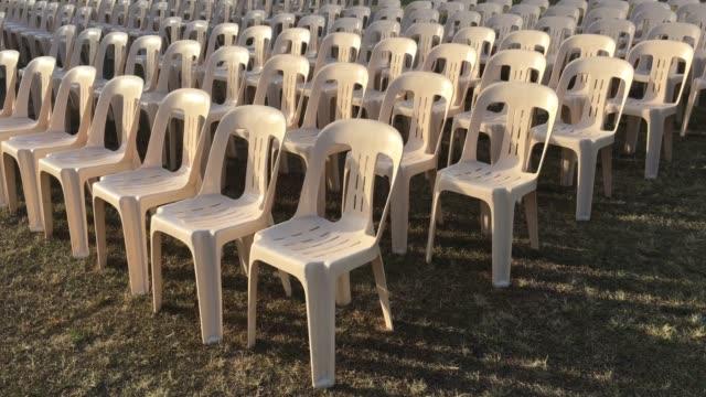 vidéos et rushes de empty chairs in outdoors event - chaise