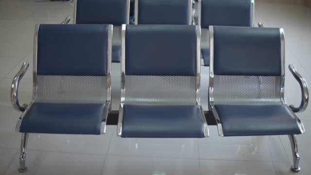 vidéos et rushes de chaises vides dans la salle d'attente à l'hôpital, focus de décalage - salle attente