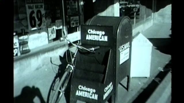 wgn empty chicago american newspaper stand outside of a drug store after the paper published a story about unfair drug pricing in chicago in october... - 1961 bildbanksvideor och videomaterial från bakom kulisserna