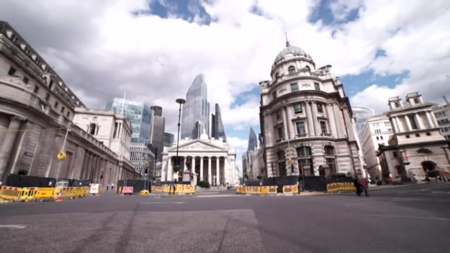 empty city of london and exteriors of bank of england during the coronavirus pandemic - business finance and industry stock videos & royalty-free footage