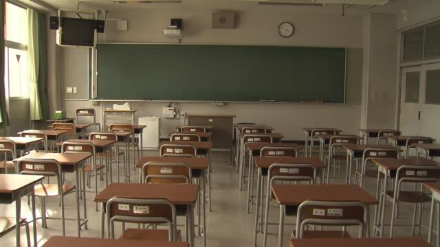 vidéos et rushes de empty classroom, tokyo, japan - salle de classe
