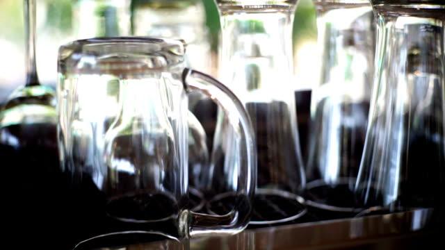 vídeos de stock e filmes b-roll de empty coffee cups and glasses on the coffee machine. - copo vazio