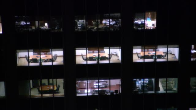 vídeos de stock e filmes b-roll de ms, ha, empty conference rooms in office building seen through windows, night, new york city, new york, usa - sala de conferência