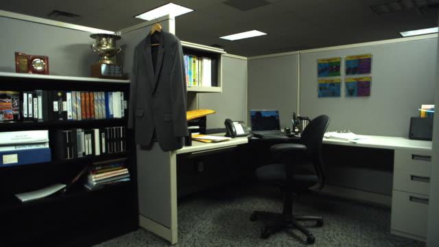 ws empty cubicle, dallas, texas, usa - オフィスパーテーション点の映像素材/bロール