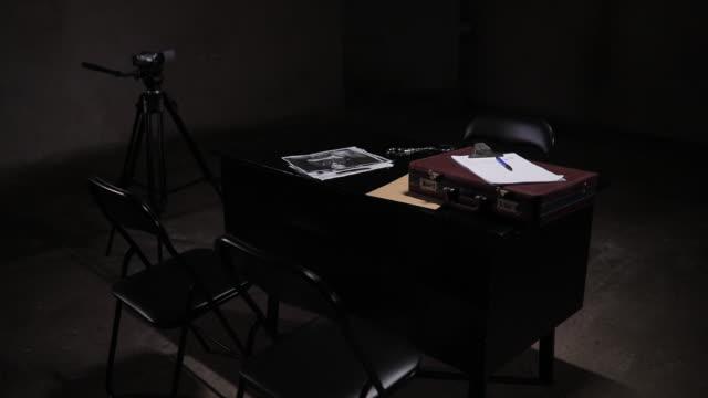 vídeos de stock e filmes b-roll de empty dark interrogation room - interrogação