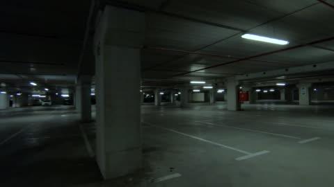 空黑地下停車場 - parking 個影片檔及 b 捲影像