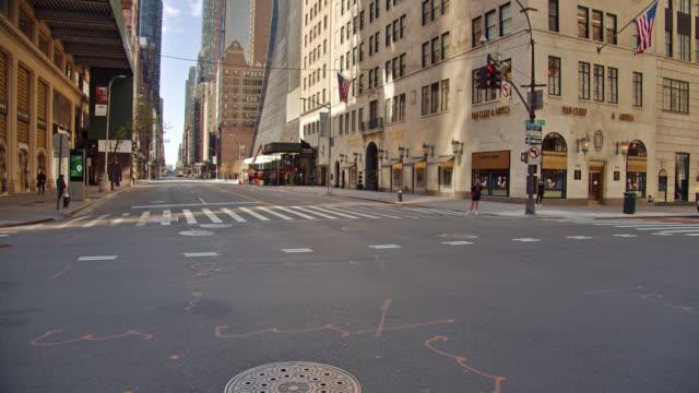 vídeos de stock e filmes b-roll de empty deserted new york street due to coronavirus. bvlgary, van, cliff, luxury hotel. - antigo