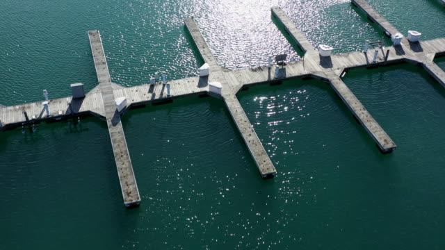 leere docks am yachthafen engen rückwärtsfliegen überfliegen - jachthafen stock-videos und b-roll-filmmaterial