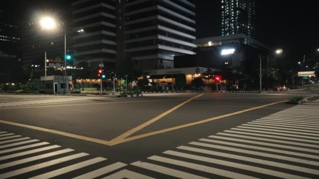 vidéos et rushes de empty downtown jakarta street during the covid-19 pandemic - route déserte