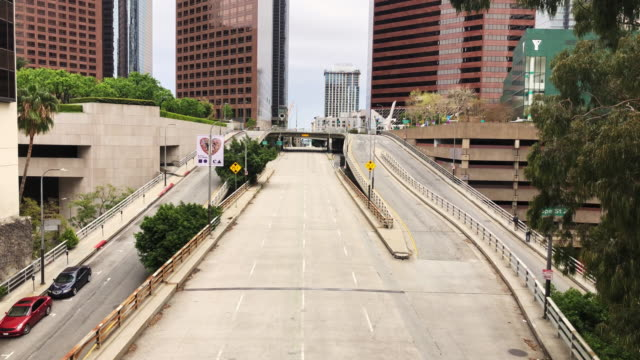 empty downtown los angeles street during the covid-19 pandemic - financial district stock videos & royalty-free footage