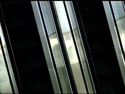 stockvideo's en b-roll-footage met empty escalator from above: endless loop - audio available