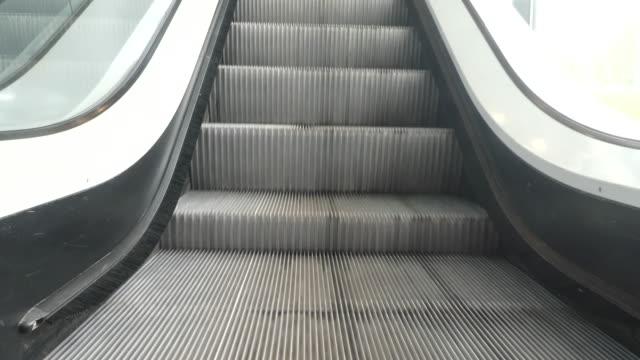 vídeos de stock e filmes b-roll de empty escalator going up. - escada rolante