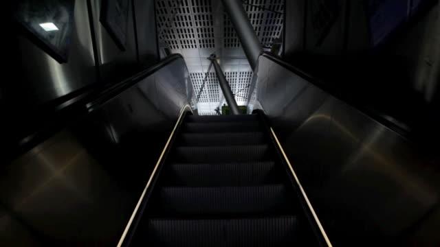 empty escalator moving upwards - nordeuropäischer abstammung stock-videos und b-roll-filmmaterial