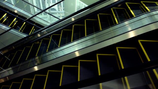 空のエスカレーターの移動 - エスカレーター点の映像素材/bロール