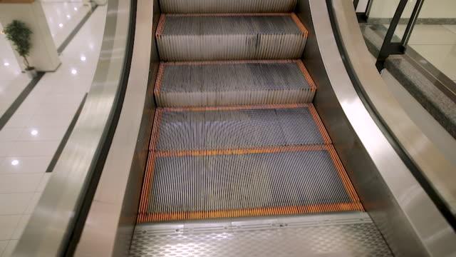vídeos y material grabado en eventos de stock de escaleras mecánicas vacías de la estación de metro - piso de edificio