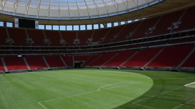 empty estádio nacional mané garrincha - kraneinstellung stock-videos und b-roll-filmmaterial