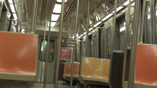 zo, ms, empty f train, new york city, new york, usa - 乗り物内部点の映像素材/bロール
