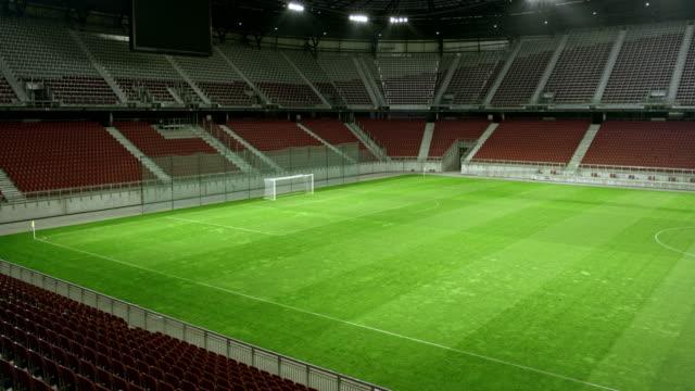 夕方には空のサッカー フィールド - ゴールポスト点の映像素材/bロール