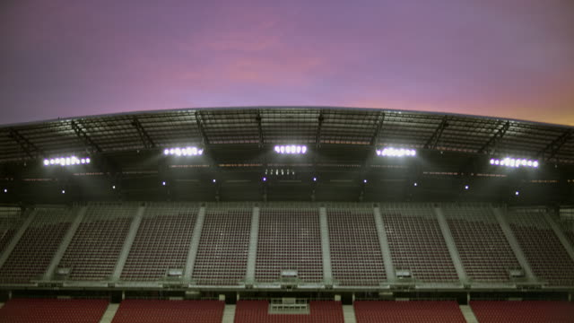 stockvideo's en b-roll-footage met td lege voetbalstadion at dawn - schemering