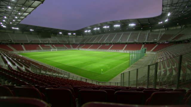stockvideo's en b-roll-footage met ds lege voetbalstadion in de avond - kaal