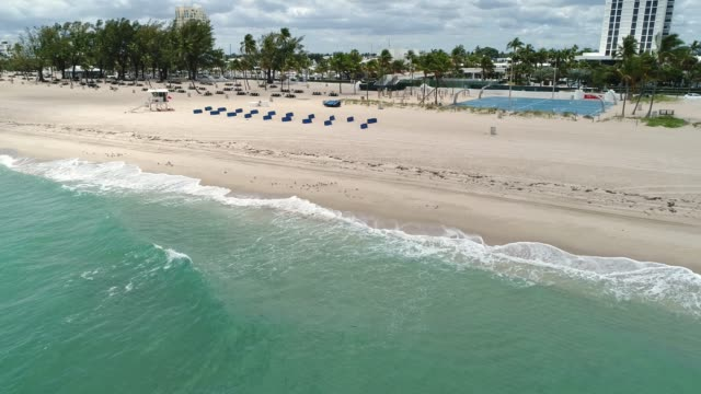 stockvideo's en b-roll-footage met leeg fort lauderdale beach tijdens covid-19 pandemie - florida verenigde staten