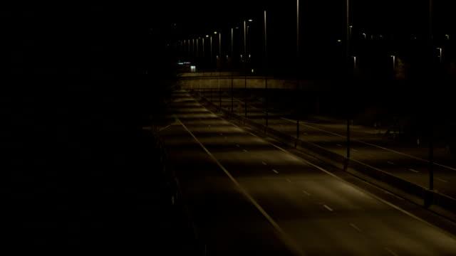 Leere Freeway bei Nacht