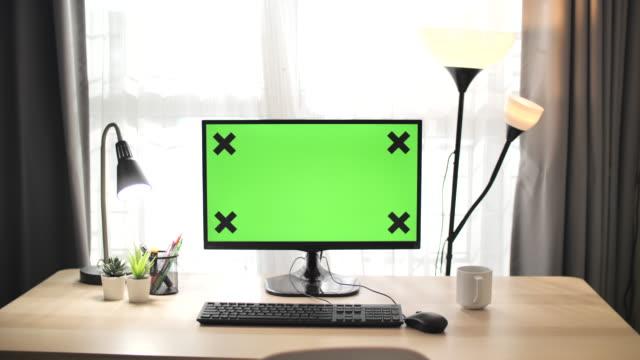 自宅の空の緑色の画面 - 空白の画面点の映像素材/bロール
