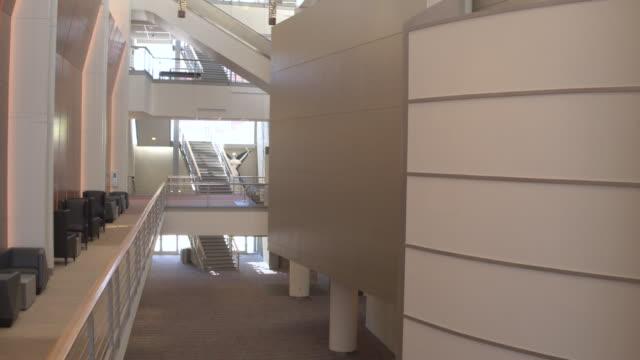 vidéos et rushes de empty hall of meydenbauer center during daytime - hall d'accueil