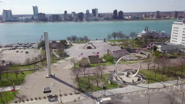 töm hart plaza detroit under covid-19 pandemi - michigan bildbanksvideor och videomaterial från bakom kulisserna