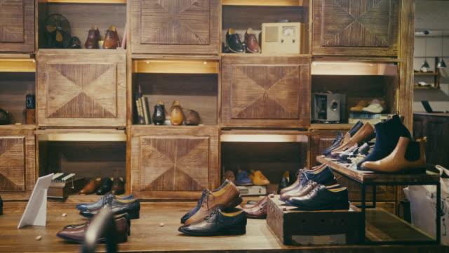 vídeos y material grabado en eventos de stock de tienda de zapatos vacía de alta calidad para hombres en taipei - centro comercial