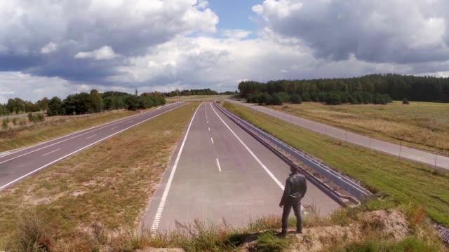 vídeos de stock, filmes e b-roll de vazia estrada vista aérea - imperfeição