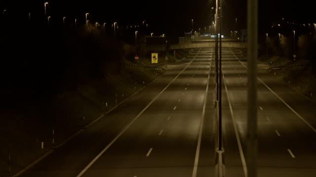 vídeos de stock e filmes b-roll de vazia estrada à noite - sparse