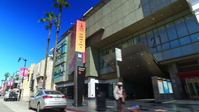 empty hollywood boulevard and walk of fame during coronavirus covid-19 pandemic outbreak in los angeles california, 4k - tlc chinese theater bildbanksvideor och videomaterial från bakom kulisserna