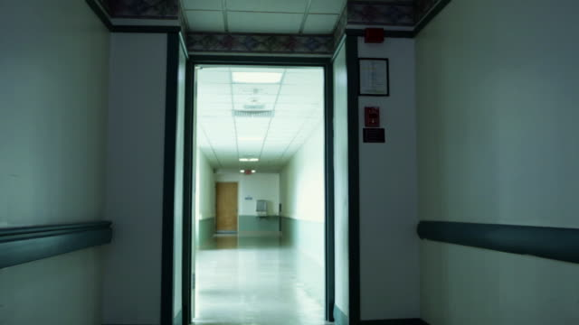 empty hospital corridor - korridor stock-videos und b-roll-filmmaterial