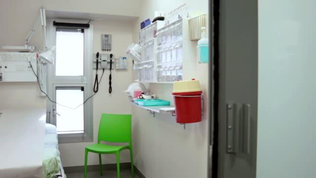 vidéos et rushes de vide chambre d'hôpital - chaise