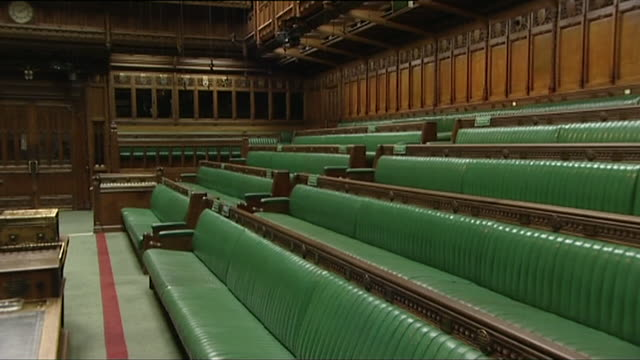 stockvideo's en b-roll-footage met empty house of commons chamber sequence of benches and galleries - house of commons