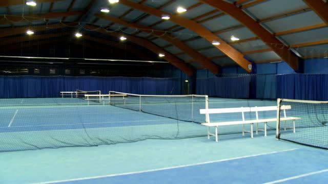 vidéos et rushes de cs vide court de tennis intérieur - terrain de jeu
