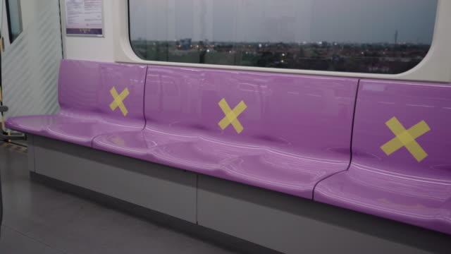 vídeos de stock, filmes e b-roll de interior vazio da cabine do metrô - transporte público