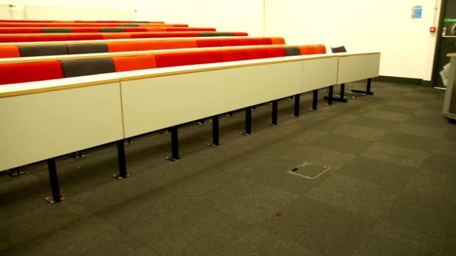 hd crane: empty lecture hall from the front - lecture hall bildbanksvideor och videomaterial från bakom kulisserna