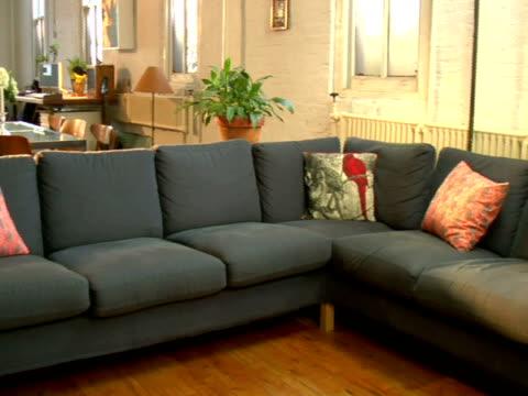 vídeos de stock e filmes b-roll de ms, pan, empty living room - interiores em exposição