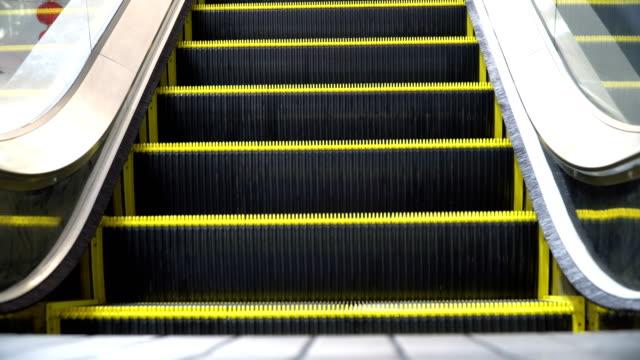 vídeos de stock e filmes b-roll de empty moving escalator running up - escada rolante