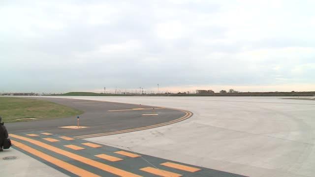 vídeos y material grabado en eventos de stock de wgn empty new runway at o'hare airport in chicago on october 15 2015 - pistas